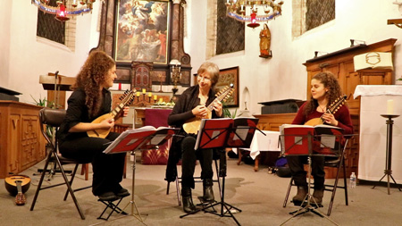 Trio baroque mandolins life at concert on gevoeligesnaar_be
